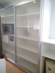 キッチン背面に電子レンジなどの家電もすっきりおさまる造作家具