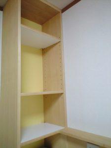 OPEN棚の背面は薄黄色に