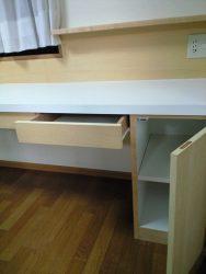 文具を入れる引出しと、ランドセルもおさまる開き戸収納を下部に設けました。