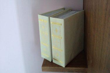 本や鉛筆立てなどを置くように設けた小さな棚に可愛い本のディスプレイ