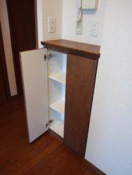 壁面収納と同じ面材にして統一感をだしたニッチの収納
