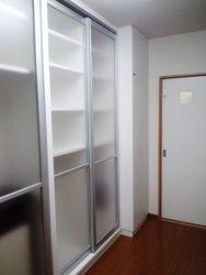 キッチンに風が流れるよう納戸とキッチンをつなぐドアを新設