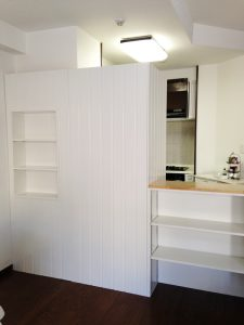 冷蔵庫の奥行を有効利用し、飾り棚のあるパーティションを設けています