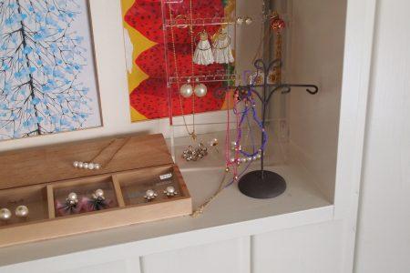 飾り棚には手作りのアクセサリーなどお気に入りのものを飾っています