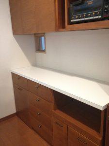 キッチン背面収納は作業台にもしやすいメラミンのカウンター