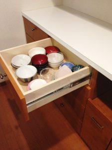 キッチン背面収納の引き出しに器を収納