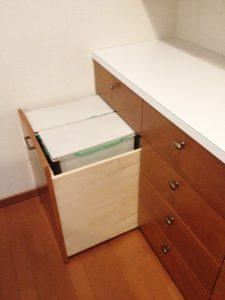 キッチン背面収納の下部にゴミ箱ワゴン