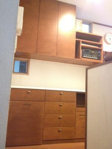 家の全体の雰囲気に合わせて面材の塗装色を決めたキッチン背面収納