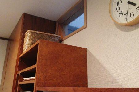 キッチン背面収納の上部に階段とつながる小窓を設けています