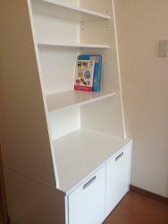 文庫などは上部、絵本やおもちゃを下部に置けるように本棚は斜めのBOXに