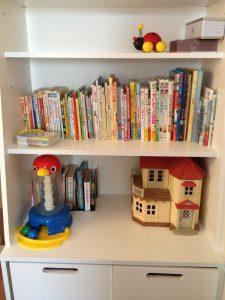 寝室の多目的収納に絵本やおもちゃを置いた様子