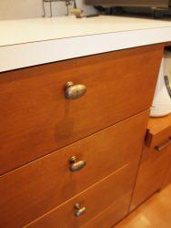 キッチン背面収納の引き出しは真鍮古美色のツマミを