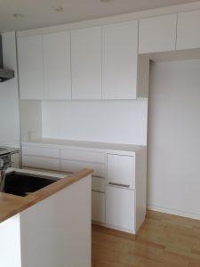 キッチン背面収納のOPEN部分はビスが効く下地を入れています。