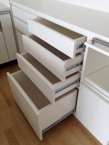 上部引出に食器、下部引き出しにストックが入る4段引き出し