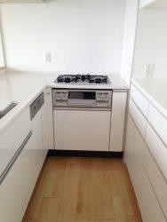 L字型のキッチンで足りない収納を背面収納で満たしています