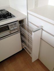 キッチンの収納と当たらない納まりの背面収納