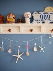 貝殻などの海らしいオーナメントとブルーの壁