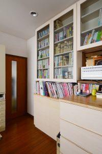 隣室の扉の近くは奥行の浅い本棚に