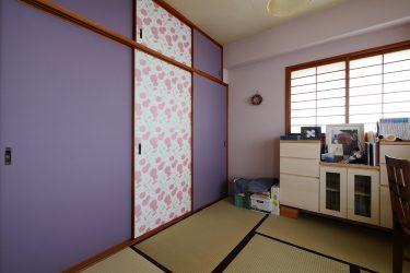 窓下に本棚を兼ねた収納を設けてすっきりとした和室に
