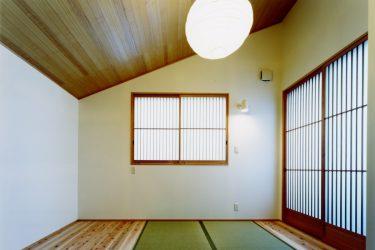 勾配屋根の和室の主寝室