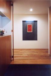玄関照明に飾り棚。玄関収納横に天井までの手すりをデザイン。