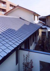 瓦屋根が連なる外観