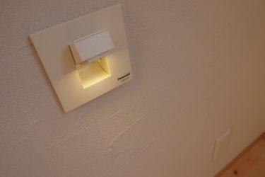ベッドサイドには埋め込み式の手元灯を設けています
