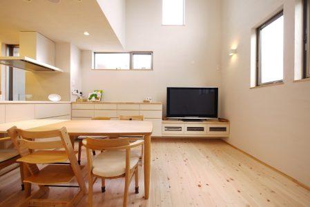 壁面側はテレビ台と引き出し収納の造作家具