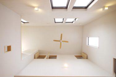 リビングの吹き抜け。高い位置に窓があるので部屋はとても明るい