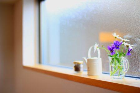 リビングダイニングの高窓に花を飾る