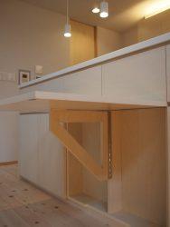 キッチンカウンターの中央の扉が跳ね上げ式テーブルになっています