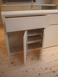 キッチンカウンター、ダイニング側の収納左側はキッチンからの向きを考え右吊元の開き扉収納