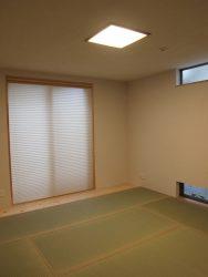 和室にフィットし和室のイメージが強すぎない照明やプリーツスクリーンの生地