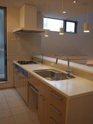 キッチンのカウンターには少し立上りを設け、コンロ前はオイルガードがあります。