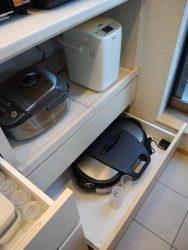 炊飯器などを置くスライドトレー。下の低く浅い引き出しはホットプレートなどの定位置。