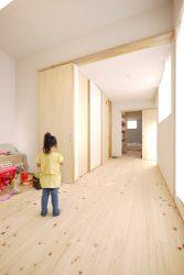 2枚の引き戸を引きこむとフリースペースと一体に使える子ども部屋です。