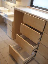 洗面所の衣類用の棚は4段。市販ラック用のスペースをオープンに。