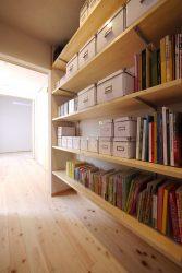背面の本棚は可動棚に。大人では取りにくい下部にはお子さんの本を置かれています。