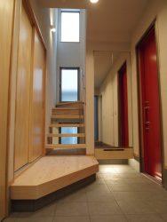 階段上から差し込む自然光。階段下にも窓があるので、そこからも風と光を取り入れられます。