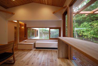 出窓は木製窓。森の風景が暮らしの一部に。