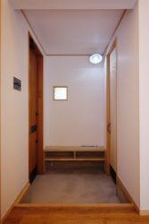 玄関には靴を下部に収納できるベンチを設けています