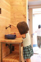 シューズクロゼットの隣に手洗いがあります