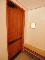玄関ドアの押し板は黒皮鉄で制作