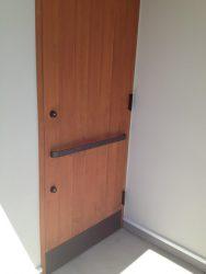横向きのドアハンドルを黒皮鉄で制作