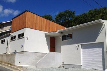 シンプルな白い壁、白いサッシの家
