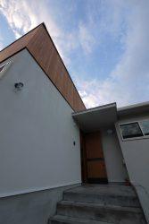 板張りの壁と板張りの玄関ドア