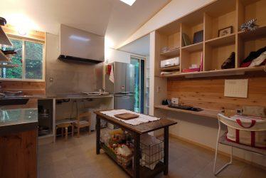 キッチン中央の作業棚はアンティークで以前から使われていたもの