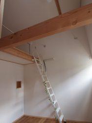 ロフトがあり、天井の高い空間