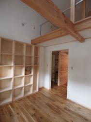 壁際に置いた本棚を将来的に梁下に置き、2部屋に分けられるように計画してあります