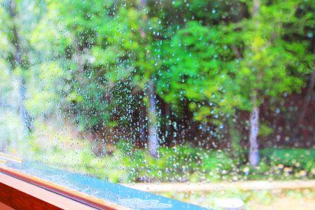 窓から見える雨の日